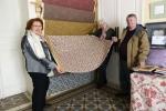 Calvisson musee Francine Nicolle vente tissus decoupe a des visiteurs Arlette et pierre (1)